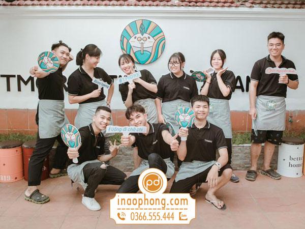 Áo phông đồng phục và tạp dề nhân viên quán trà sữa Tmore Hà Nội